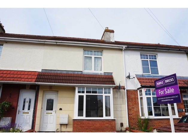 Lovely 3 bed family home in the heart of Kingsteignton, large level enclosed garden, free of chai